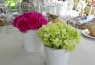 Decoración de las mesas con coloridas flores